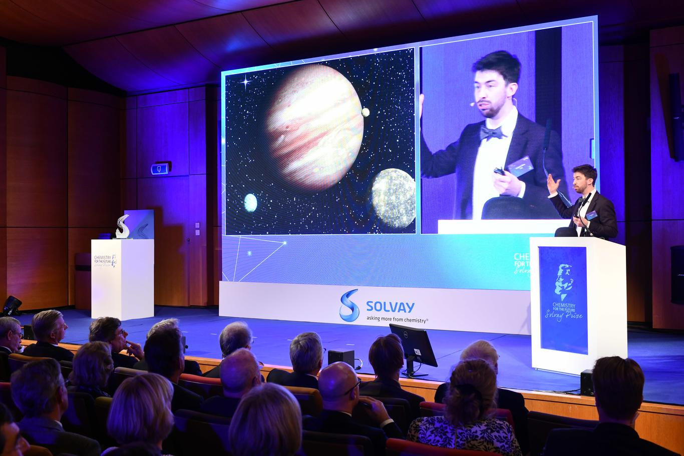 vincent-ginis-delivering-a-speech-at-the-solvay-prize-ceremony