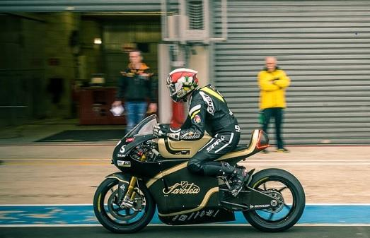 sarolea-rider-along-the-pit-lane